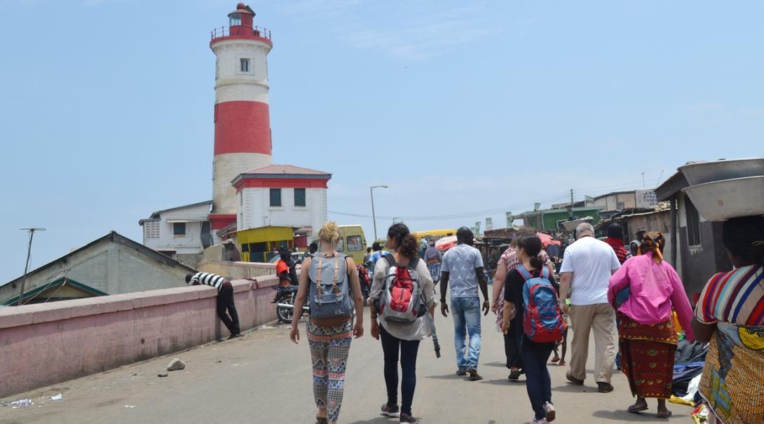 ガーナでアクラを探検する高校生の人権ボランティアたち